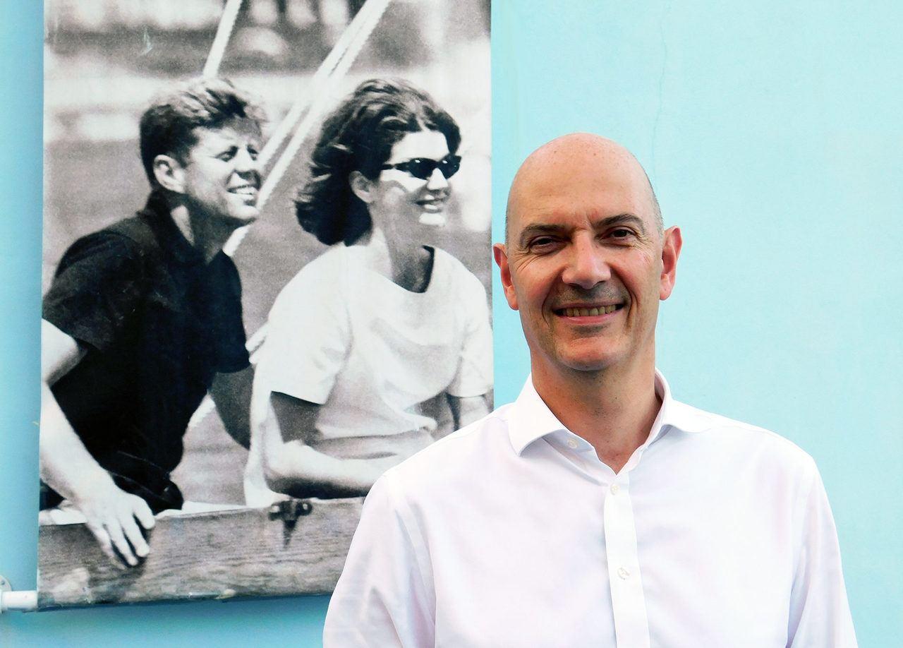 Roland Lescure à Palm Beach en Floride, devant un portrait de John et Jackie Kennedy