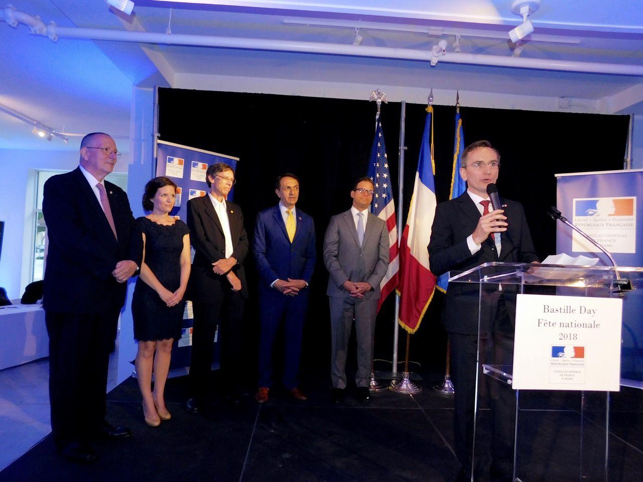 Clément Leclerc (au micro) avec (de gauche à droite) Xavier Capdevielle (conseiller consulaire), Dean Trantalis (maire de Fort Lauderdale), Philip Stoddard (maire de South Miami) et le Lieutenant-Gouverneur de Floride : Carlos López-Cantera (N°2 de l'Etat de Floride).