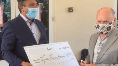 Remise d'un don par la famille Legault au lycée Franco-Américain de Cooper City